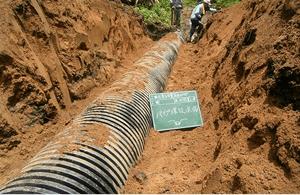 山作業道流木片付け、排水パイプ設置工事2